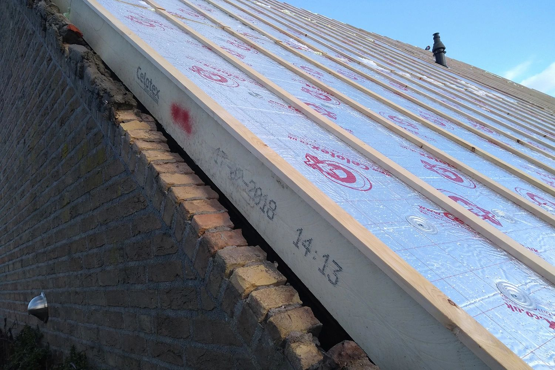 Renovatieplaten op een dak