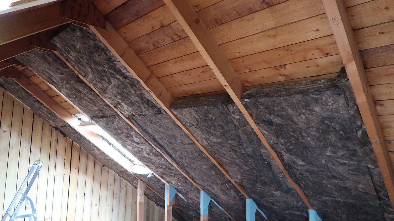 Schuin dak tussen de balken isoleren met minerale wol